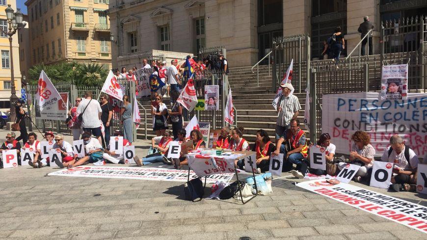 Les personnels hospitaliers sont venus soutenir l'aide soignante agressée aux urgences devant le palais de justice de Nice