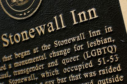L'enseigne du monument historique Tavern The Stonewall Inn présentée le 18 juin 2019 à New York. Les émeutes de Stonewall étaient une série de violentes manifestations de membres de la communauté gaie (LGBT) contre une descente de police.
