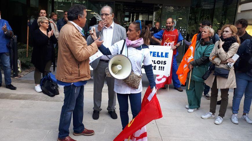 Pro et anti-projet Bahia manifestent devant l'hôtel de Bordeaux Métropole où a lieu le vote du PLU sur la continuation des travaux du complexe hospitalier.