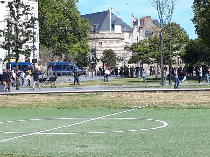 Les forces de l'ordre interdisent l'accès au château des ducs de Bretagne, à Nantes.