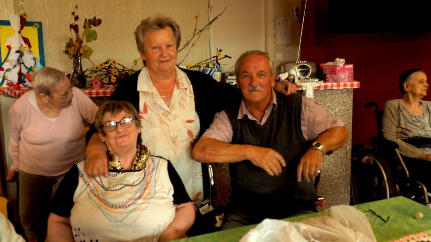 Martine à gauche, 63 ans, est la plus jeune des pensionnaires, avec sa soeur Joseline