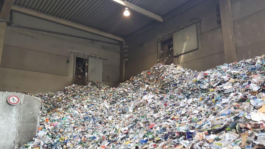 Déversement de bouteilles plastiques au centre de tri  de Clermont