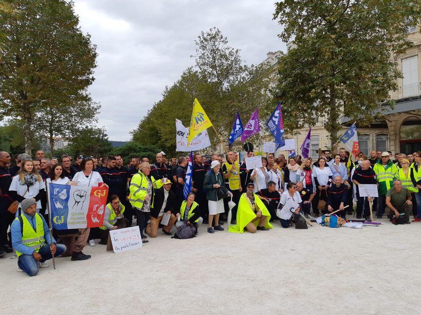Les infirmières des urgences de Drôme et d'Ardèche, et les pompiers de la Drôme, en grève, ont manifesté ensemble pour réclamer plus de moyens.