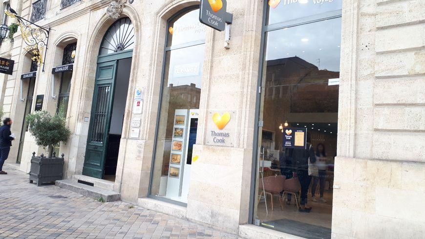 A l'agence Thomas Cook de Bordeaux, les quatre employés accueillent les clients pour répondre à leurs questions.