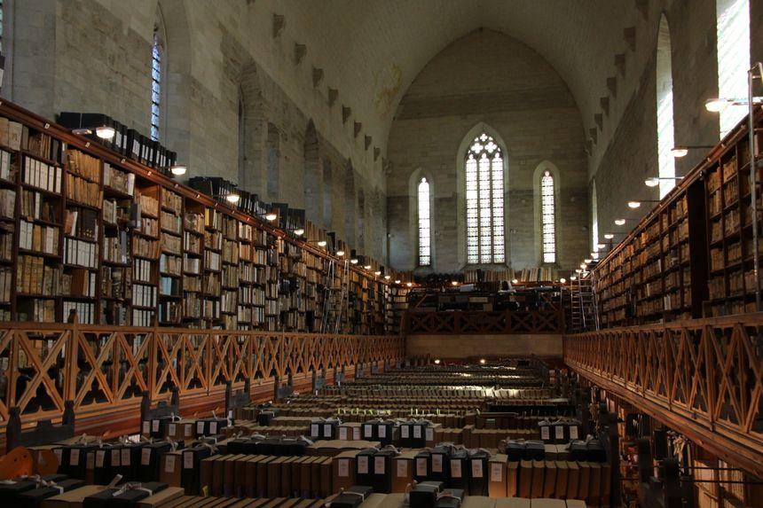 La chapelle de Benoît XII du Palais des Papes abrite une partie des archives départementales.