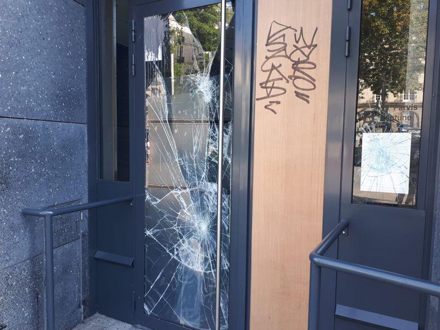 Une porte d'entrée d'un immeuble a été prise pour cible, ce samedi après-midi, sur l'île Feydeau à Nantes.