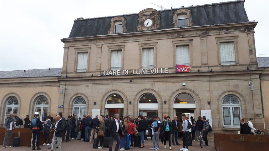 Des voyageurs attendent un bus de substitution de la SNCF