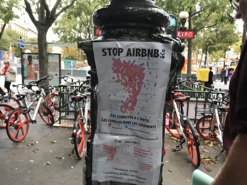 Des affiches comme celles-ci ont été placardisées dans le quartier durant la manifestation