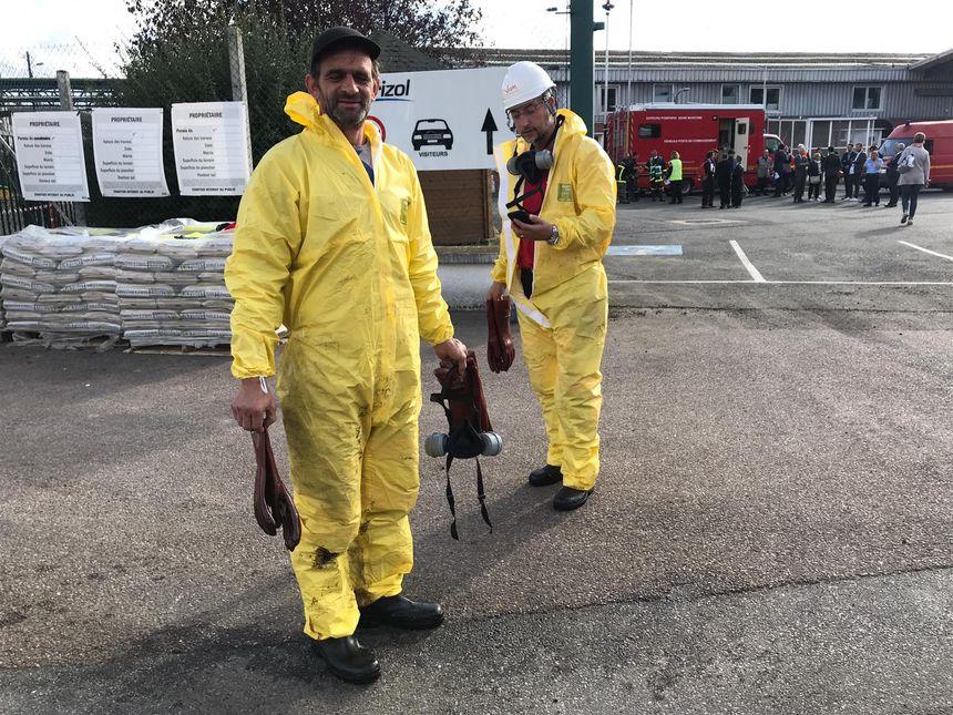 Des personnels sont chargés de participer au nettoyage de l'usine au lendemain de l'incendie.