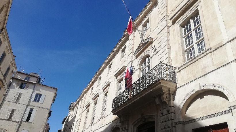 Drapeau en berne à la mairie de Nîmes, en hommage à Jacques Chirac