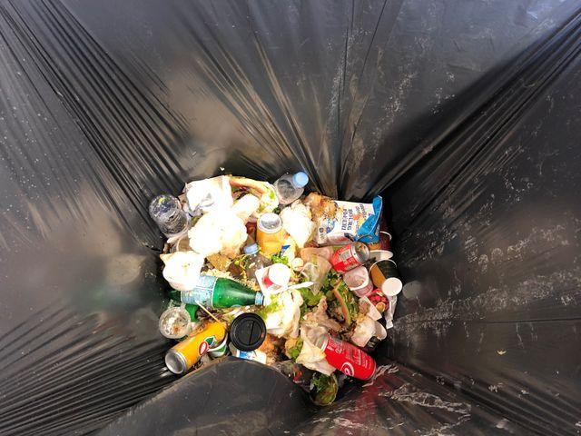 Tous les déchets – organiques, plastiques, aluminim, papier, verre – se retrouvent dans la même poubelle.