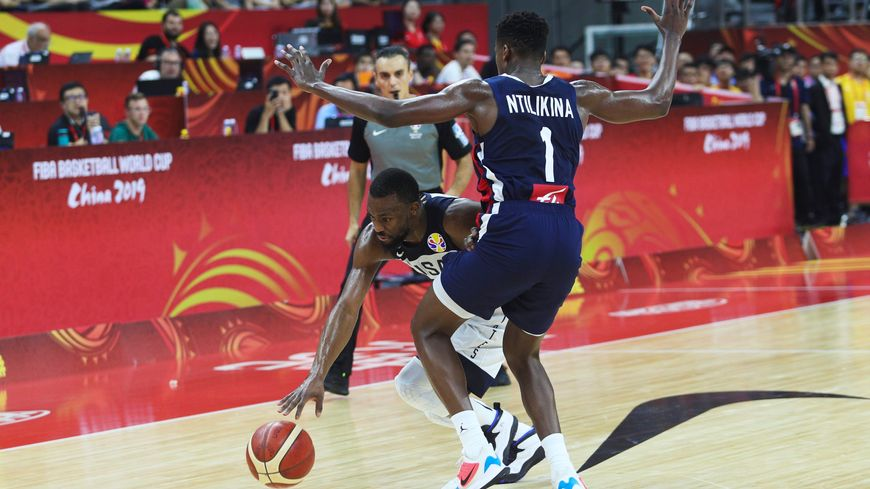 Duel entre le Strasbourgeois Frank Ntilikina et l'américain Kemba Walker lors du quart de finale remporté par les Bleus.