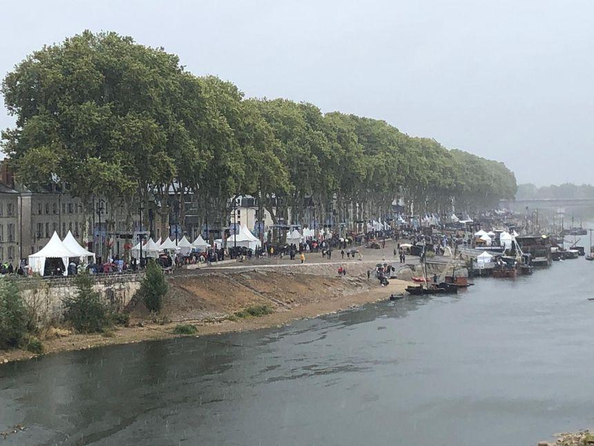 La pluie de retour sur Orléans donne un côté encore plus so british au Festival de Loire