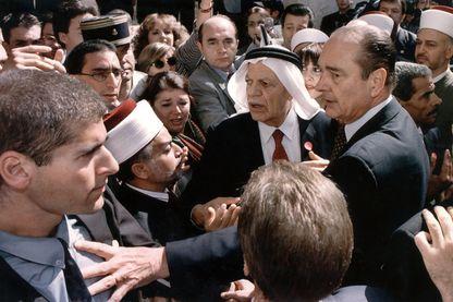 Jacques Chirac écarte un agent de la sécurité israélienne lors de sa visite dans la vieille ville de Jérusalem, le 22 octobre 1996, émaillée d'incidents.