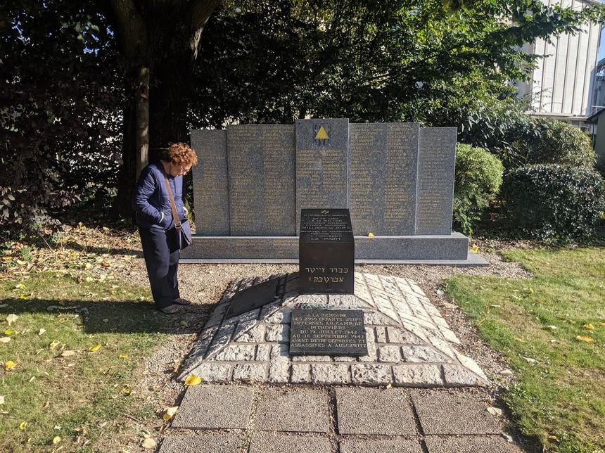 Le square Max-Jacob, situé à quelques pas de l'emplacement de l'ancien poste de garde, accueille des stèles à la mémoire des victimes de la Shoah.