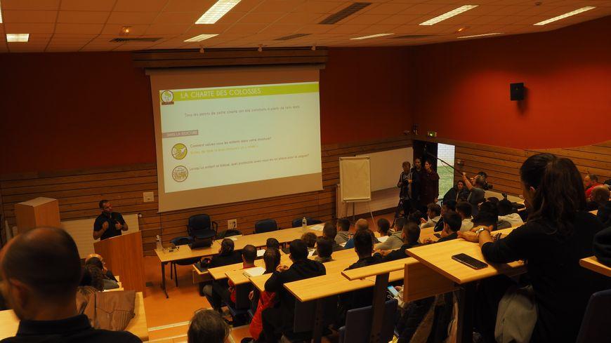 Sébastien Boueilh réalise un quizz avec les jeunes à la fin de son intervention