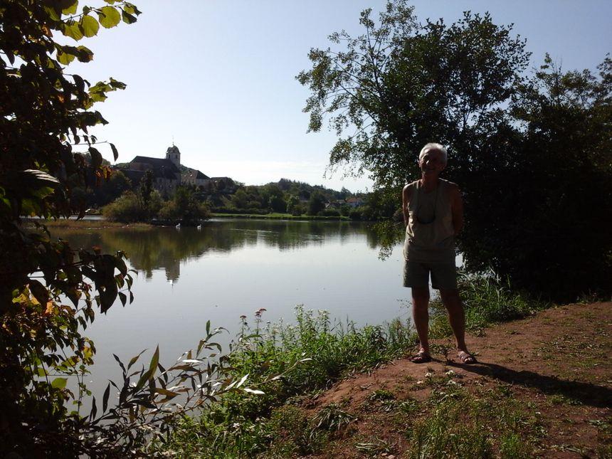 Christian Bècle, vice-président de l'APPMA, devant l'un des bonheurs grandeur nature de Rigney ! - Radio France