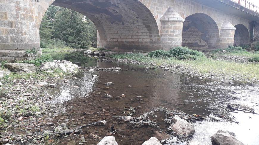 Sous le pont de Déols, l'Indre est presque à sec