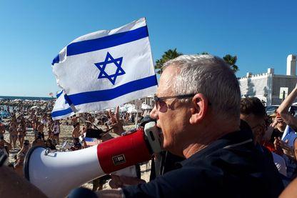 Benny Gantz harrangue les plagistes de Tel-Aviv pour les inciter à aller voter