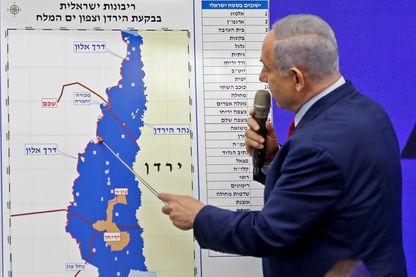 Le premier ministre israélien Benyamin Netanyahou montre sur une carte, mardi 10 septembre, les zones palestiniennes promises à l'annexion s'il est réélu.