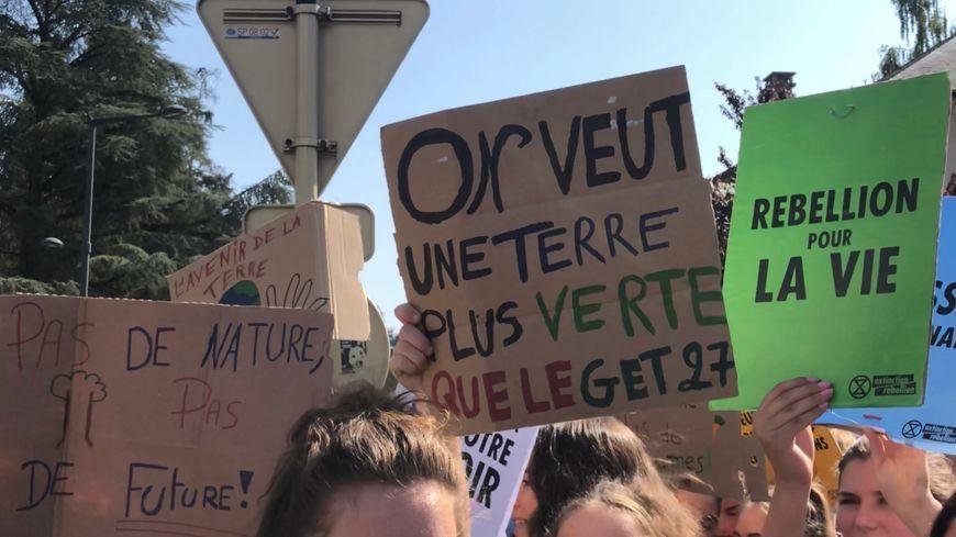 Les jeunes se mobilisent pour le climat, ils étaient 400 ce vendredi à Annecy (Haute-Savoie).