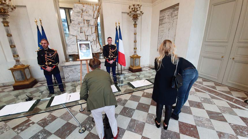 Des Français signent les livres d'hommage à Jacques Chirac, ce vendredi matin, à l'Élysée