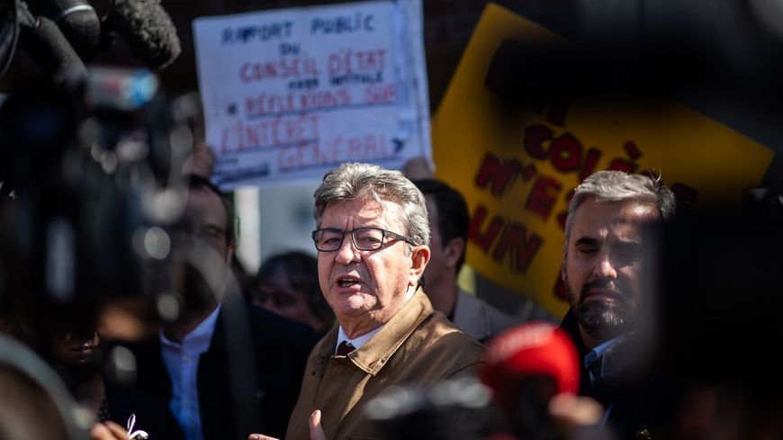 Jean-Luc Mélenchon devant le tribunal de Bobigny, ce vendredi.