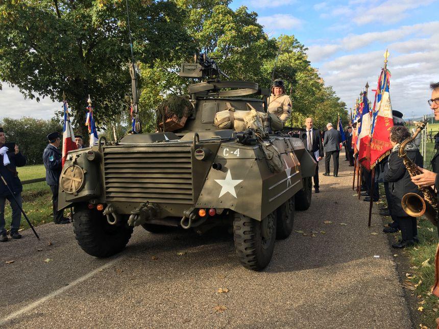 Des chars, une ambulance et d'autres véhicules militaires ont défilé lors de la cérémonie.