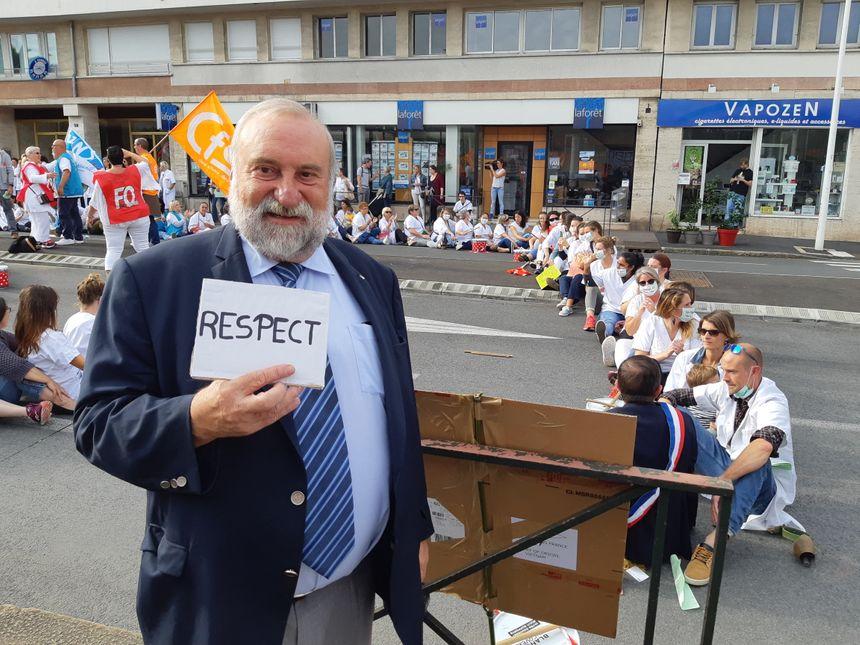 Francis Gonzalez, maire du Boucau, parmi les manifestants