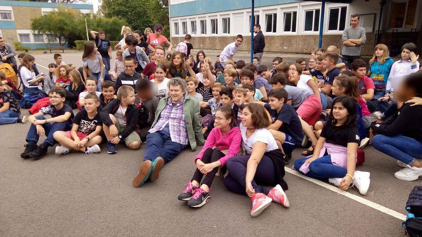 Michel Gondry, en visite au collège de Charny, dans l'Yonne, collège qui porte désormais son nom