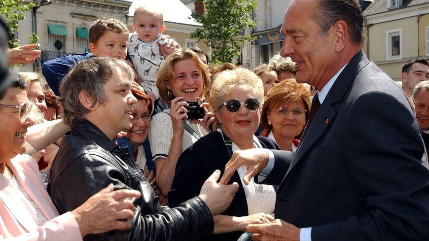 Jacques Chirac s'offre un bain de foule à Châteauroux, le 30 mai 2002. Réélu président de la République, il vient mener la campagne des législatives
