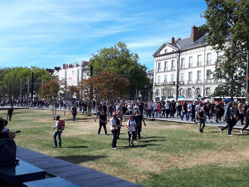 Les manifestants se dirigent vers le château des ducs de Bretagne, à Nantes.