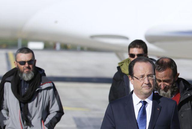 Le 30 octobre 2013, François Hollande accueille les quatre derniers otages d'Arlit.