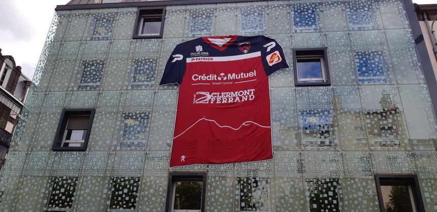 Un maillot géant affiché en centre-ville, symbole de l'envie de voir plus grand pour le Clermont Foot