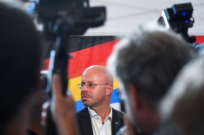 Le leader de l'AfD en Saxe Andreas Kalbitz entouré par les journalistes après la percée spectaculaire de son parti
