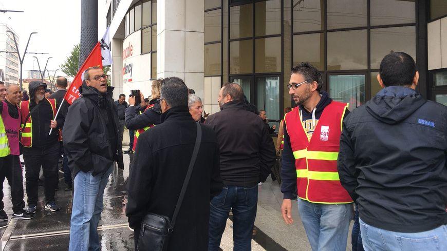 Les manifestants devant le bâtiment de la Métropole du Grand Nancy.
