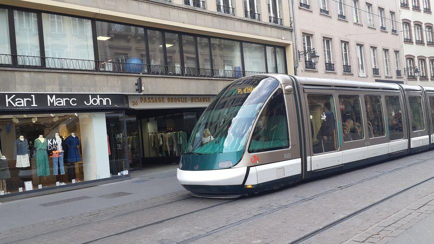 """Le """"tram surfing"""" consiste à monter sur le devant ou l'arrière du tram"""