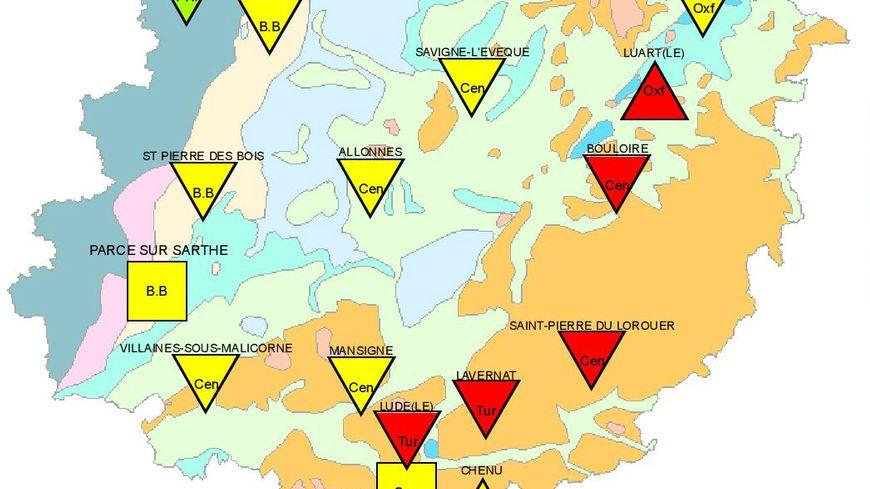 """Sur cette carte, les triangles rouges représentent les nappes phréatiques dont le niveau est """"très inférieur à la moyenne""""."""