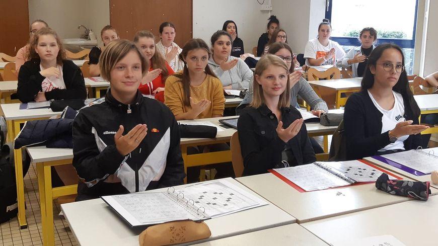 Les élèves disent bonjour en langue de signes