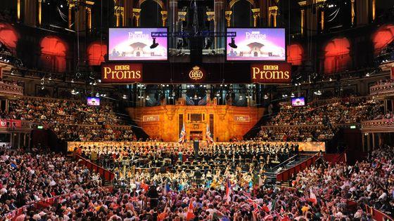 Last Night Of The Proms 2012 : la violoniste Nicola Benedetti, le Chœur et l'Orchestre Symphonique de la BBC, sous la direction de Jiří Bělohlávek, au Royal Albert Hall de Londres