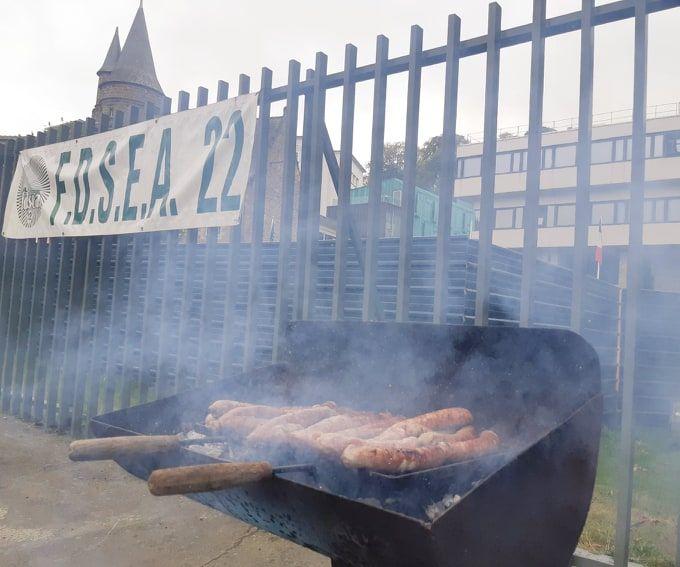 Des représentants de la FDSEA et des jeunes agriculteurs des Côtes d'Armor ont grillé des saucisses devant les grilles de la préfecture à Saint-Brieuc