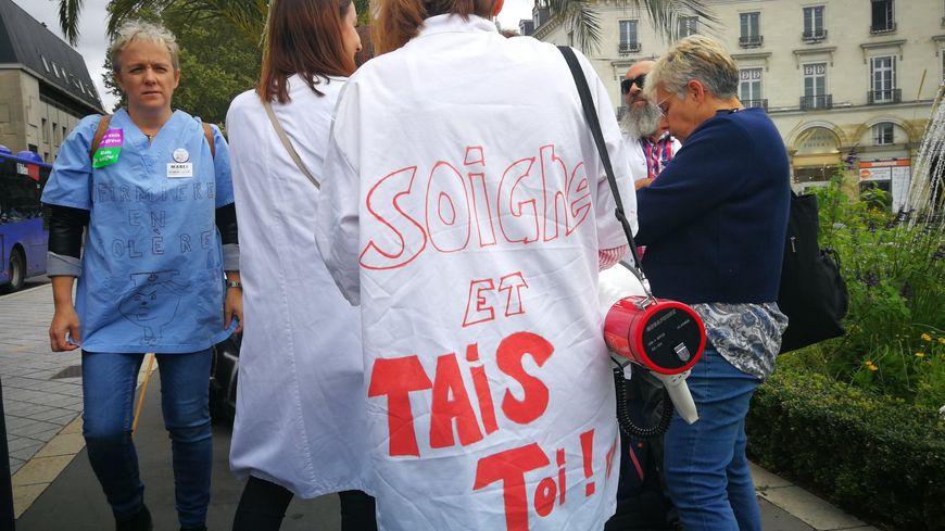 Une manifestante arborant une chasuble revendicative ce jeudi à Tours