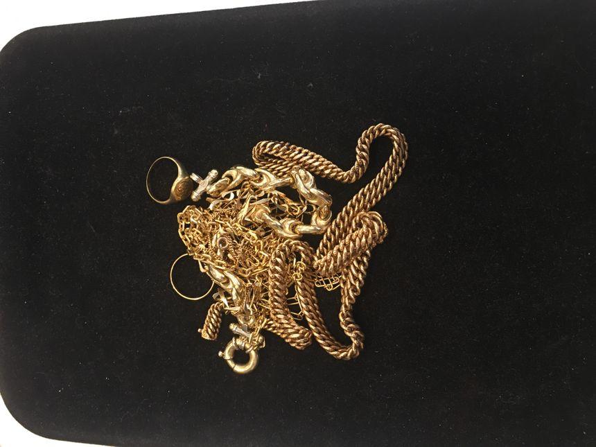 Chaque jour les particuliers amènent des bijoux à Marie-Pierre Lacorre. Ils profitent d'un cours de l'or à la hausse pour revendre à bon prix les souvenirs de famille ou les fonds de tirroirs.