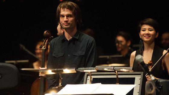 Jonny Greenwood lors d'un concert de la musique qu'il a composé pour le film There will be blood de Paul-Thomas Anderson
