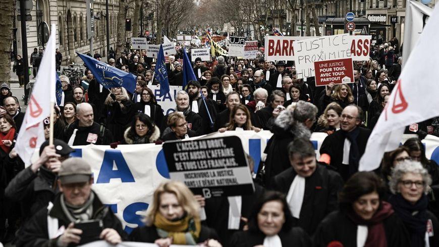 Les avocats, mais aussi les autres professions libérales, manifestent ce lundi à Paris pour défendre leurs régimes spécifiques de retraite.
