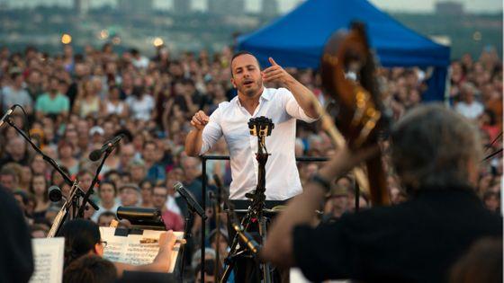 Yannick Nézet-Séguin dirige l'Orchestre Metropolitain sur le mont Royal à Montreal