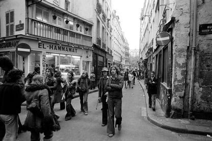 Scène de vie dans la rue de la Huchette à Paris en 1975, en France.