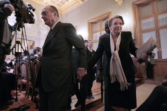 Jacques Chirac tient la main de Michèle Alliot-Marie, alors ministre de la Justice, à la sortie de l'audience solenelle de rentrée à Paris en 2011