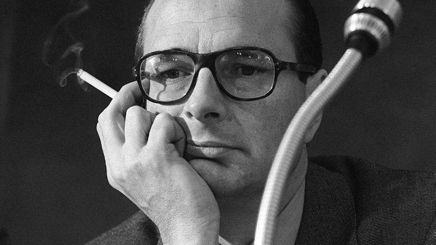 Jacques Chirac fume une cigarette lors d'une réunion à Nice, le 27 mars 1976