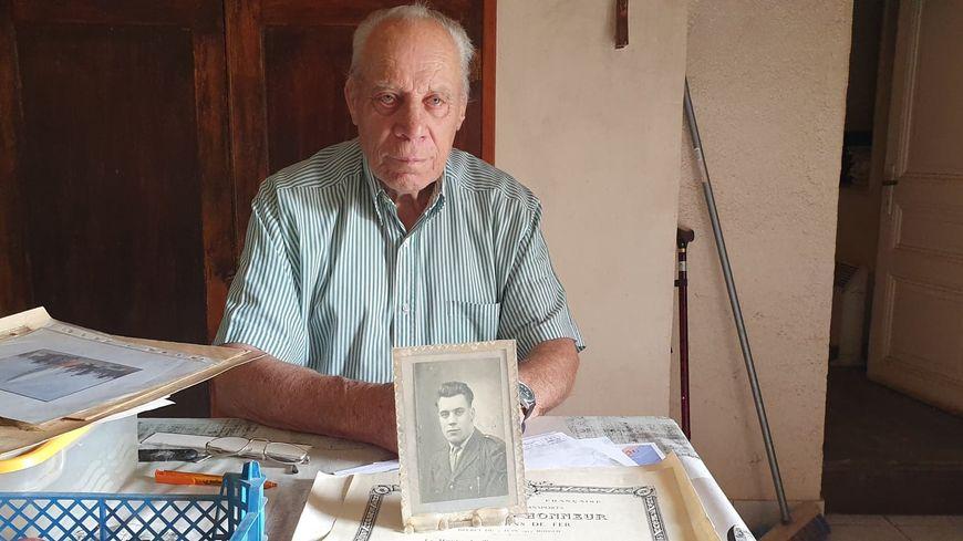 Chez lui à Champcevinel, Pierre-Denis Marcelli témoigne. Il a sorti tous les documents en rapport avec la guerre d'Algérie, où il a rencontré Jacques Chirac